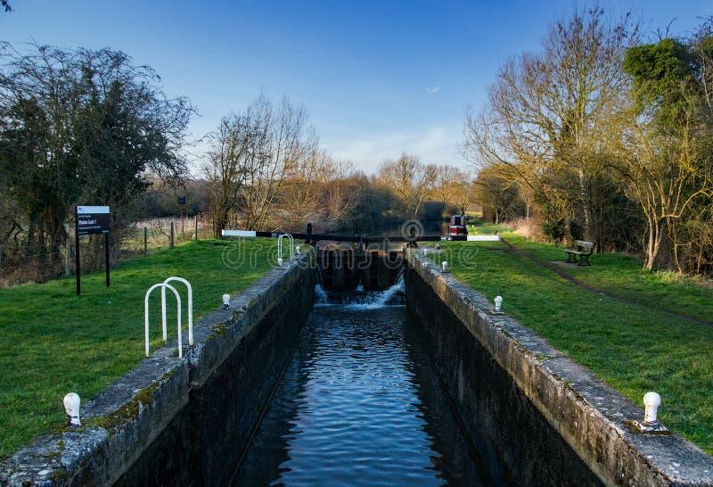 Feakes lås på Storten och Lee Navigation eller kanalen mellan Harlow och Sawbridgeworth i Hertfordshire royaltyfria bilder