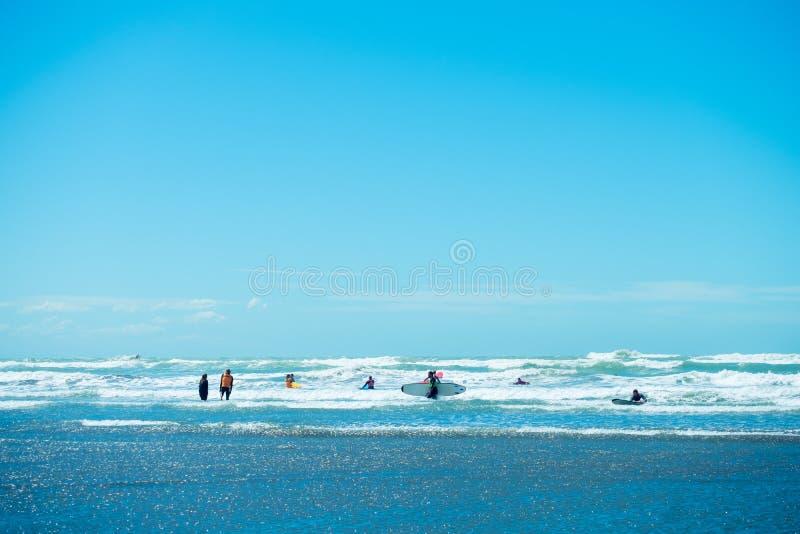\'2018, FEB 4 - Крайстчерч, Новая Зеландия, Люди наслаждаются своей деятельностью на красивом пляже в солнечный голубой день I стоковая фотография rf