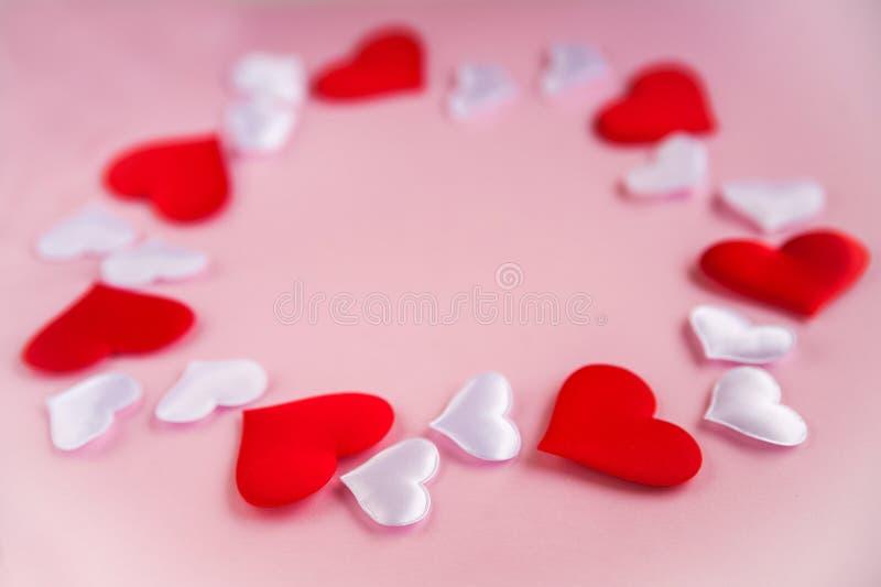 14 febbraio concetto del fondo Cuori bianchi rossi del tessuto su un fondo rosa, il concetto di amore per il San Valentino immagini stock