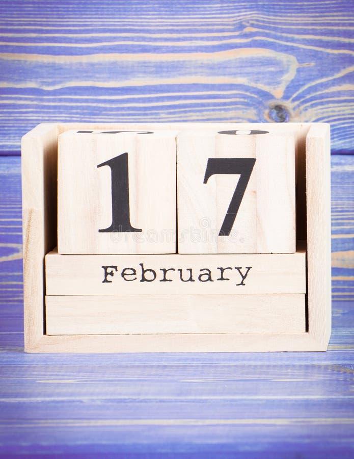 17 febbraio Data del 17 febbraio sul calendario di legno del cubo fotografia stock