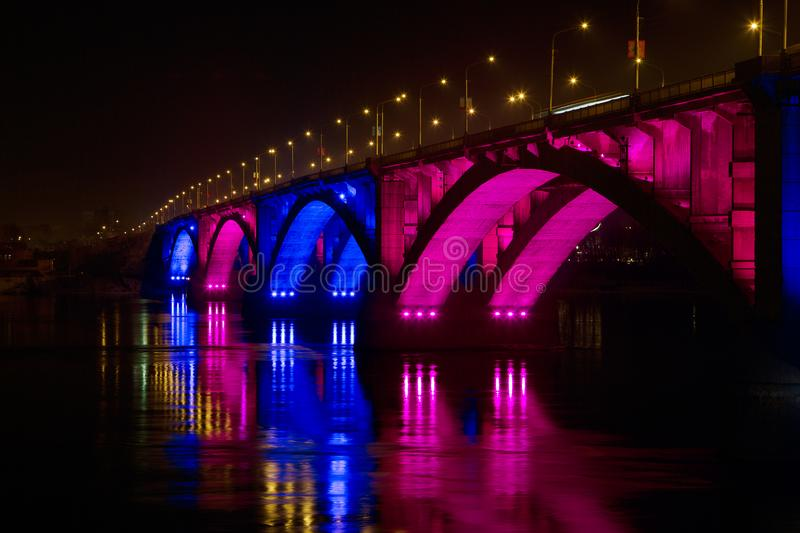 28 febbraio 2019 la Russia, Krasnojarsk Ponte di notte sopra il fiume Enisej fotografie stock