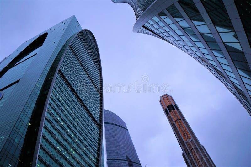 Febbraio 2019 la Russia mosca Città di Mosca costruzioni di vetro del centro di affari Linee arrotondate vetro tinto blu fotografia stock