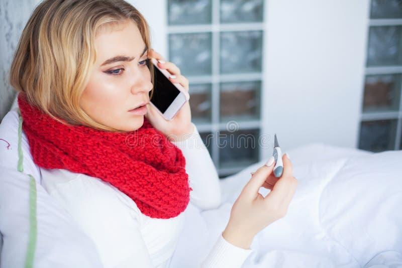 Febbre e freddo Ritratto di influenza presa bella donna, avendo emicrania e temperatura elevata Primo piano della ragazza malata fotografie stock