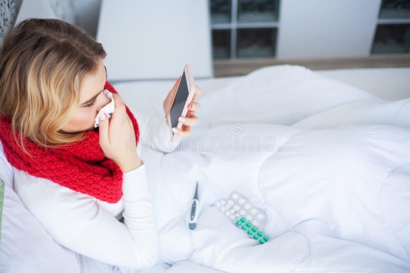 Febbre e freddo Ritratto di influenza presa bella donna, avendo emicrania e temperatura elevata Primo piano della ragazza malata fotografia stock libera da diritti
