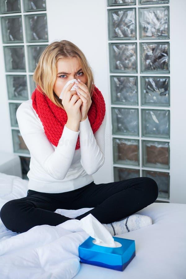 Febbre e freddo Ritratto di influenza presa bella donna, avendo emicrania e temperatura elevata Primo piano della ragazza malata immagine stock