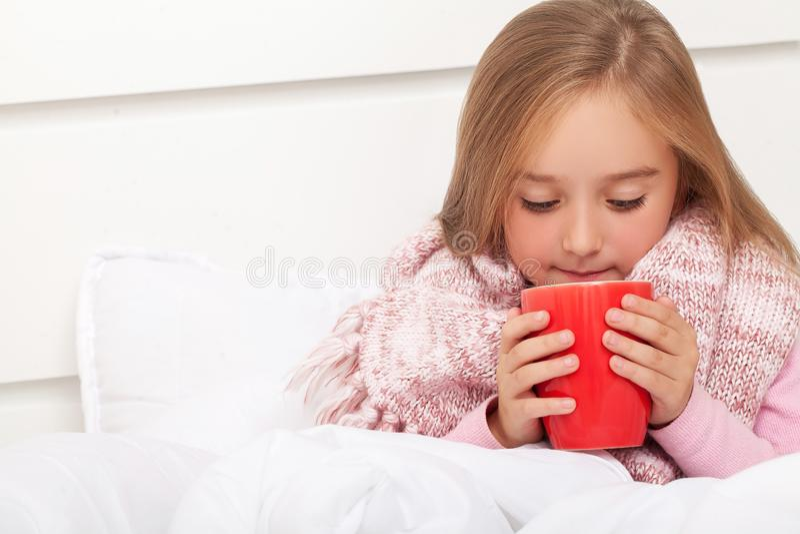 Feber, förkylning och influensa - mediciner och varmt te i nära, sjuk flicka I arkivbilder