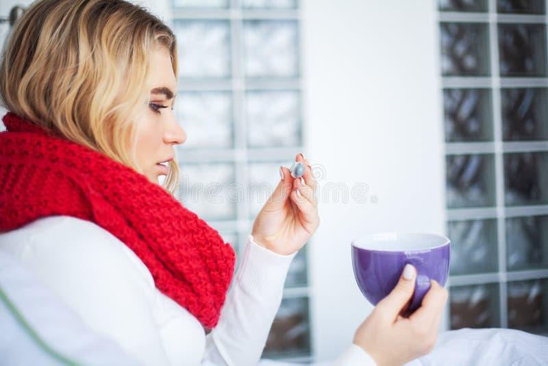 Feber och f?rkylning St?ende av h?rlig kvinna f?ngad influensa och att ha huvudv?rk och h?g temperatur Closeup av dåligt flickan royaltyfria foton