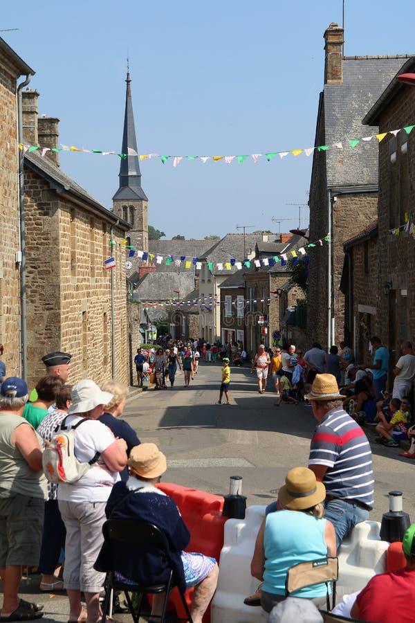 A febre do Tour de France em Larchamp como todos espera os ciclistas imagens de stock