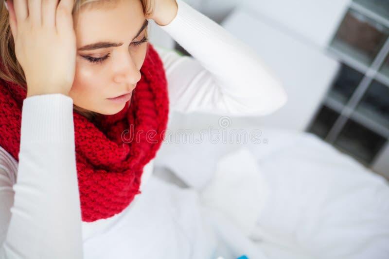 Febre e frio Retrato mulher bonita da gripe travada, tendo a dor de cabe?a e a alta temperatura Close up da menina doente fotografia de stock royalty free