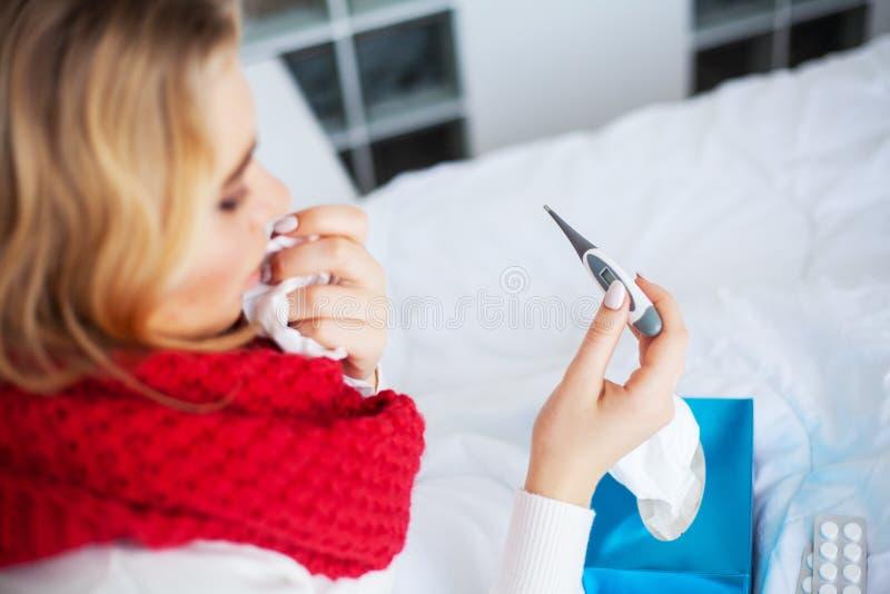 Febre e frio Retrato mulher bonita da gripe travada, tendo a dor de cabe?a e a alta temperatura Close up da menina doente fotografia de stock