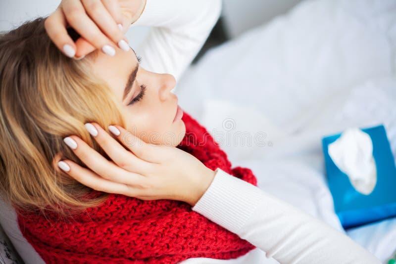 Febre e frio Retrato mulher bonita da gripe travada, tendo a dor de cabe?a e a alta temperatura Close up da menina doente imagem de stock royalty free