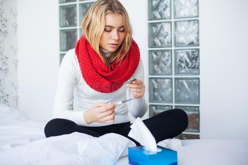 Febre e frio Retrato mulher bonita da gripe travada, tendo a dor de cabe?a e a alta temperatura Close up da menina doente fotos de stock