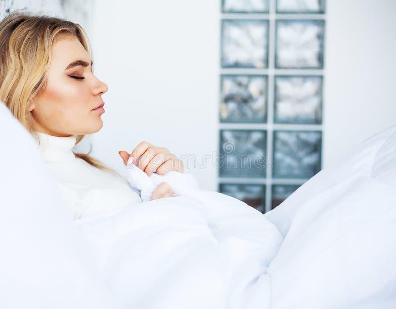 Febre e frio Retrato mulher bonita da gripe travada, tendo a dor de cabe?a e a alta temperatura Close up da menina doente imagens de stock