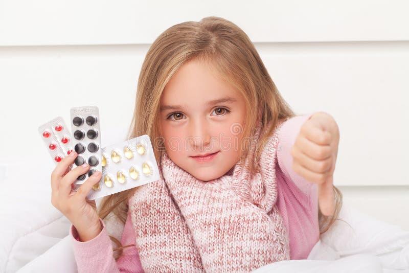 Febre, frio e gripe - medicinas e chá quente em próximo, menina doente mim imagem de stock royalty free