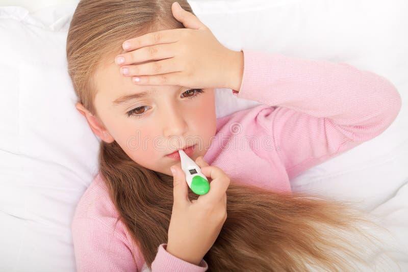 Febre, frio e gripe - medicinas e chá quente em próximo, menina doente mim fotos de stock royalty free