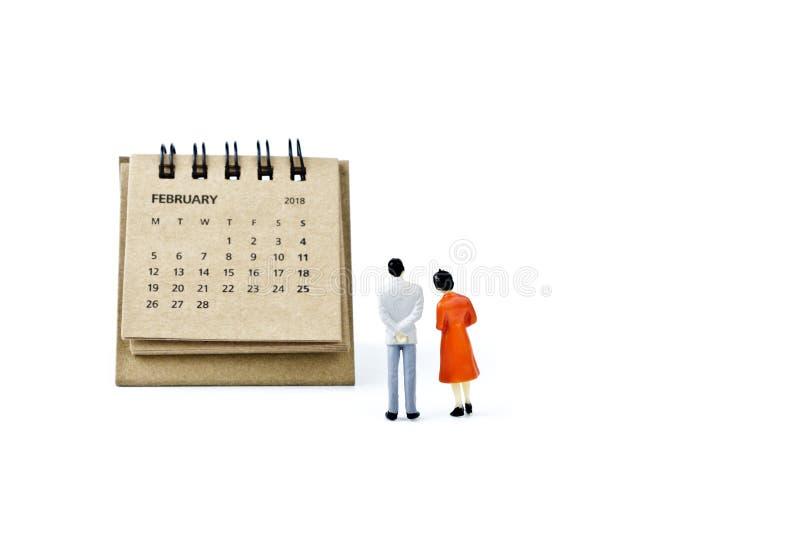 febrero Haga calendarios la hoja y hombre y mujer plásticos miniatura encendido fotos de archivo libres de regalías