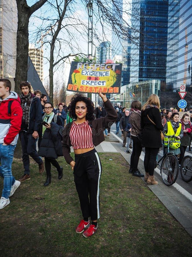 21. Februar 2019 - Brüssel, Belgien: Die junge Frau, die ein handgemachtes Plakat mit Slogan während eines Klimademonstrationszug stockbilder
