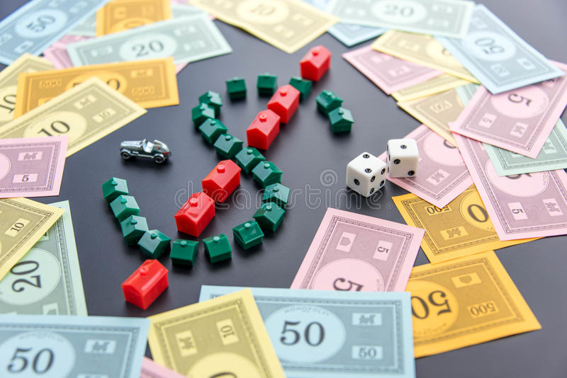 8. Februar 2015: Houston, TX, USA Monopolgeld um Haus lizenzfreie stockfotos