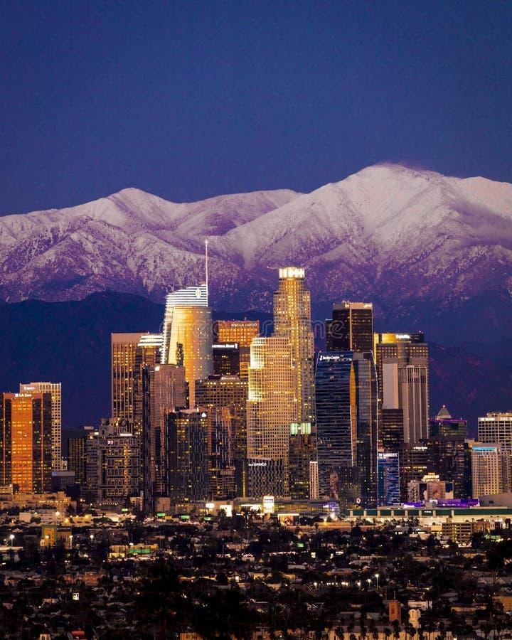 6. FEBRUAR 2019 - LOS ANGELES, CA, USA - Stadt von Angeles - Los Angeles-Skylinen gestaltet durch Berge und Berg Sans Bernadino k stockfoto