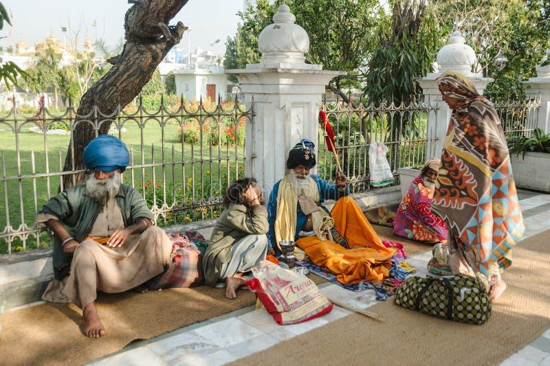 26 februari 2018 Amritsar, India, groep Indische Sikhs zit nabijgelegen gouden tempel royalty-vrije stock foto