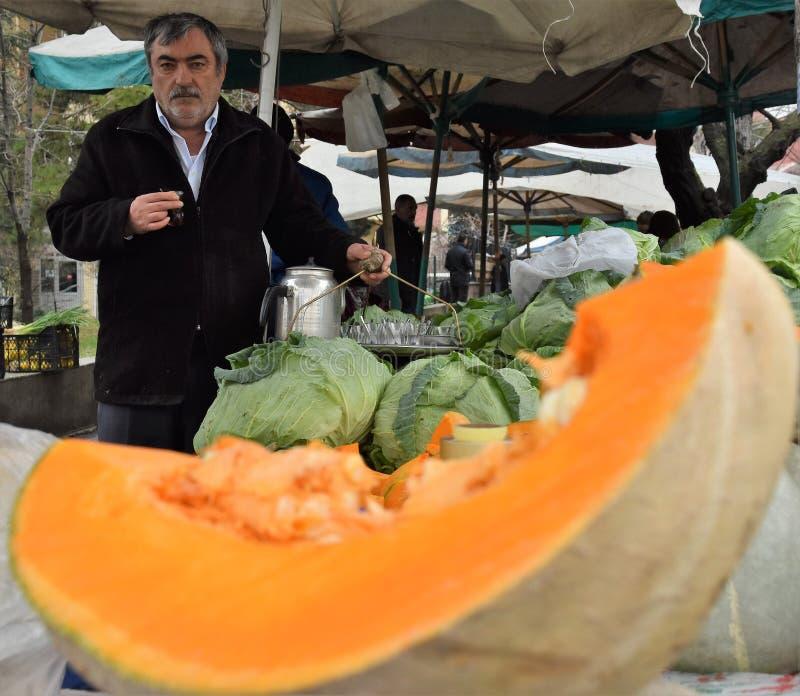 Februari 2019, Ankara, Turkiet - en plats från en turkisk gatamarknad var gemensamma turker shoppar för dagliga behov royaltyfria foton