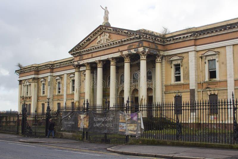 21 Februari 2018 de ruïnes van het historische Crumlin-Road gerechtsgebouw in Belfast Noord-Ierland dat door brand werd beschadig stock afbeelding