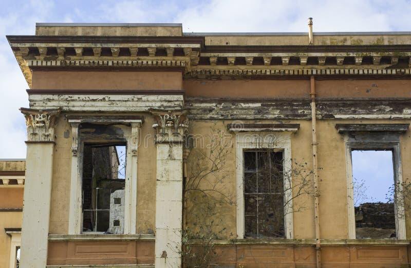 21 Februari 2018 fördärvar av den historiska Crumlin vägdomstolsbyggnaden i nordliga Belfast - Irland som var skadat vid brand fotografering för bildbyråer