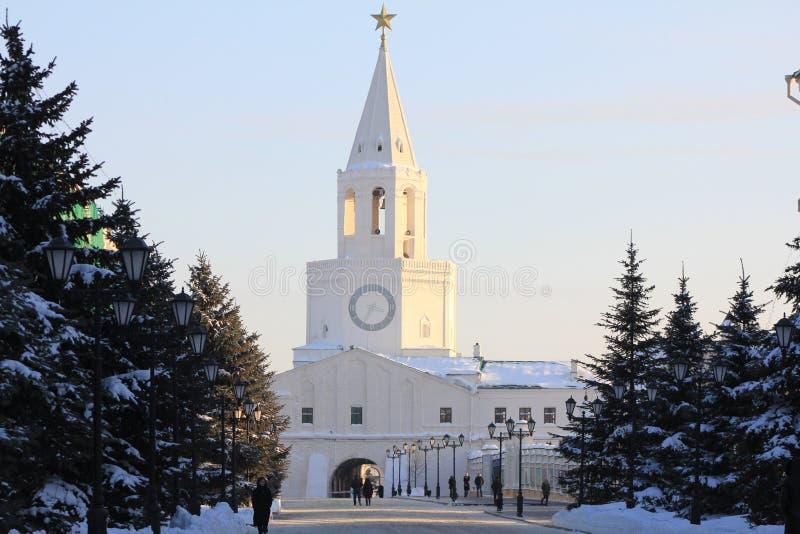 Februari, 2018 - Kazan, Rusland - Kazan het Kremlin - Architecturaal oriëntatiepunt, de toren van de vestingsmuur met klok en stock afbeelding
