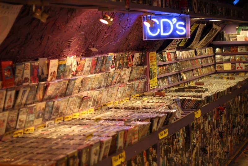 2017, 21 Februari - Londen, Groot-Brittannië: CD winkel met plankenhoogtepunt van CDs stock foto's