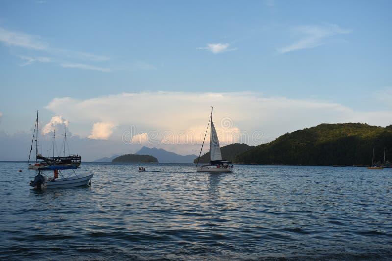 10 februari, 2019 Mooi zeegezicht met boten en de bergen in Ilha Grande, Rio de Janeiro, Brazilië stock foto