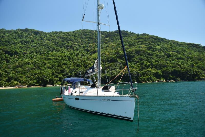 10 februari, 2019 Mooie mening van een boot en de bergen in Ilha Grande, Rio de Janeiro, Brazilië royalty-vrije stock foto