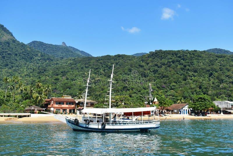 10 februari, 2019 Mooie mening van een boot en de bergen in Ilha Grande, Rio de Janeiro, Brazilië stock foto
