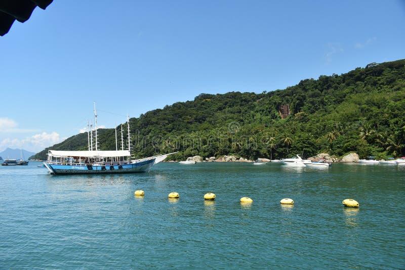 10 februari, 2019 Mooie mening van een boot en de bergen in Ilha Grande, Rio de Janeiro, Brazilië stock afbeeldingen