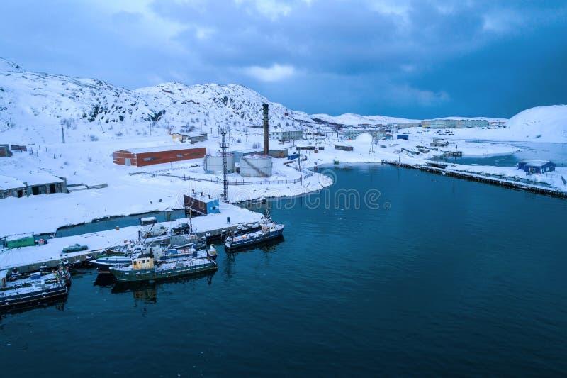 Februari morgon i den flyg- granskningen f?r flodport Teriberka Murmansk region Ryssland fotografering för bildbyråer