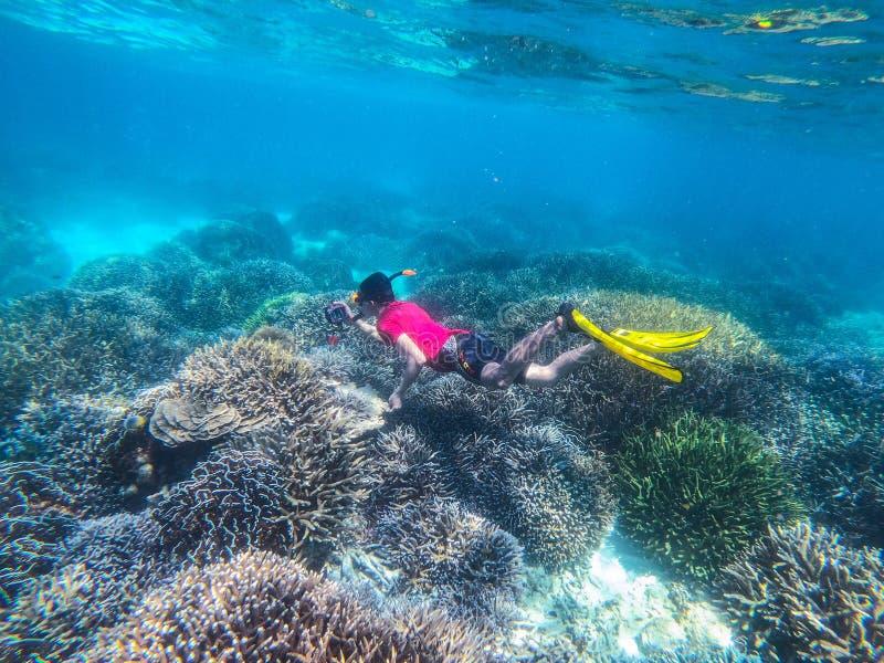 26 Februari 2019-Myanmar:: de duiker snorkelt bij Keieiland royalty-vrije stock afbeeldingen
