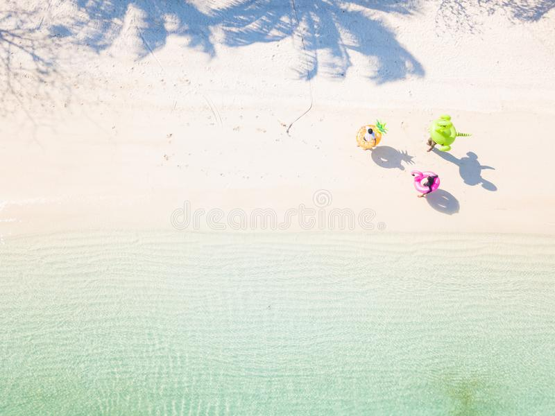 25 Februari 2019-Myanmar:: de toerist speelt zwemmende ring op strand stock foto