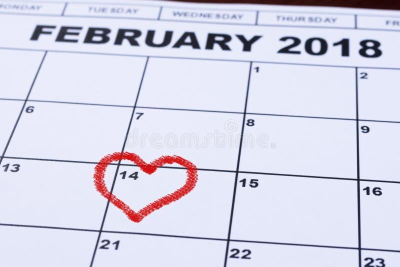 Februari 14, 2018 på kalendern, dag för valentin` s, hjärta från röd filt fotografering för bildbyråer