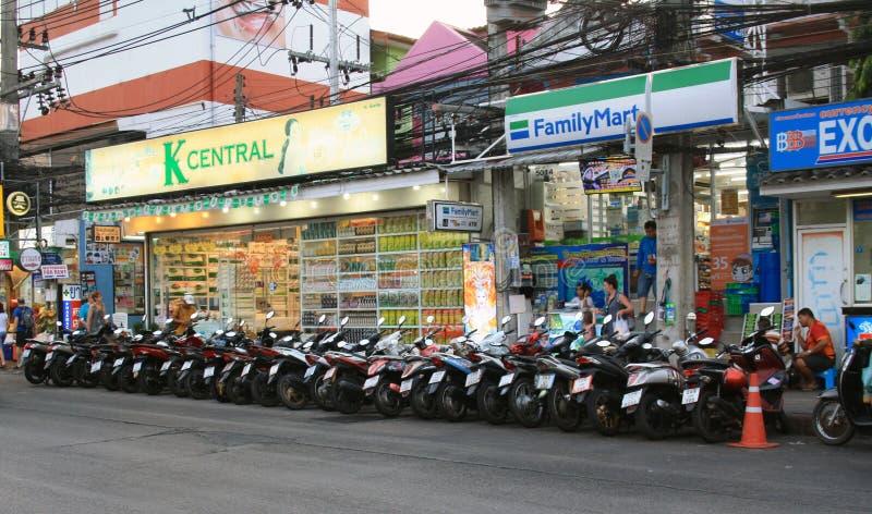 14 februari, 2019, Phuket, Patong-strand, Thailand Familiemarkt en k-Centrale supermarkten bij Patong-straat en fietsen het Parke royalty-vrije stock fotografie