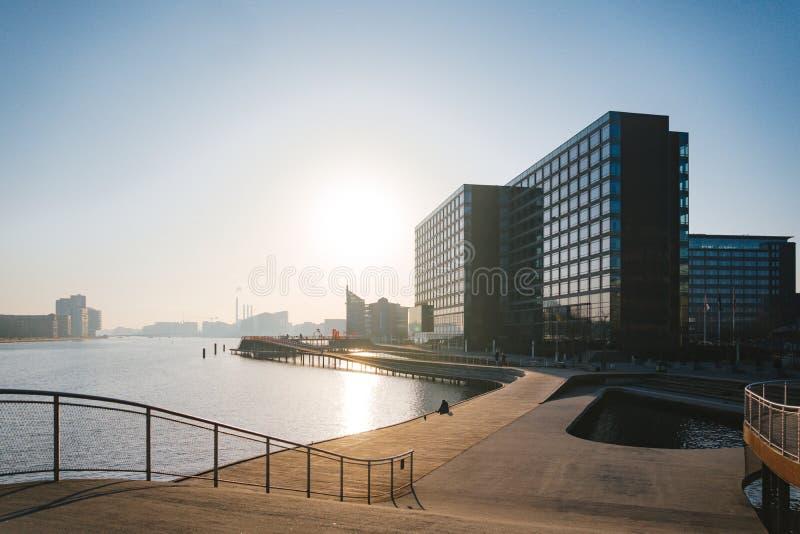 18 februari, 2019 Stad van Kopenhagen, Denemarken Houten dijk Kalvebod Brugge dichtbij de rivier Cityscape in de winter in zonnig royalty-vrije stock fotografie