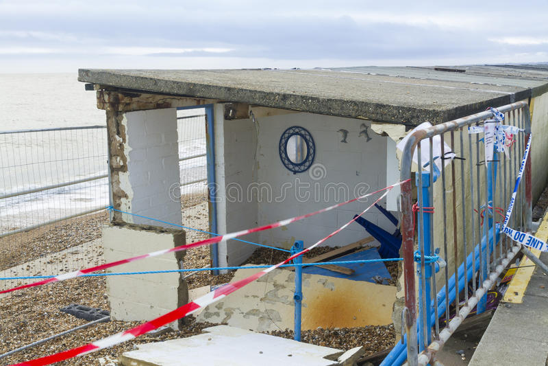 Februari 14 stormskada 2014, den konkreta stranden förlägga i barack skadat, Milf arkivfoto