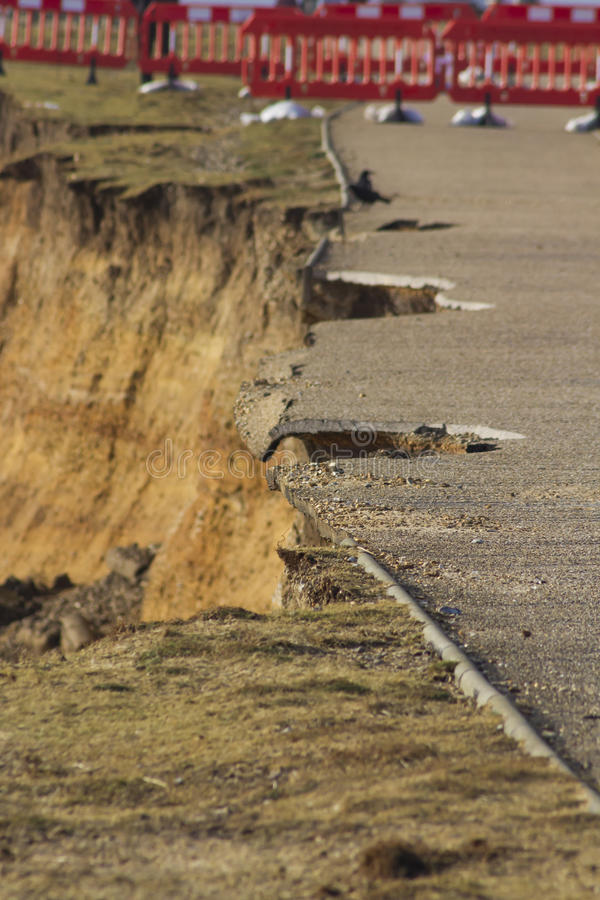 Februari 14 stormskada 2014, hål som mäts ut ur asphal grov asfaltbeläggning royaltyfri bild