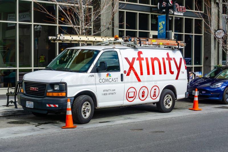 28 februari, 2019 Sunnyvale/CA/de V.S. - Comcast-Kabel/Xfinity-de dienst parkeerde aan de kant van een straat Comcast is het groo royalty-vrije stock foto