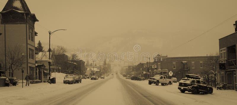 FEBRUARI 18, 2019 - TELLURIDE COLORADO USA - i stadens centrum Telluride Colorado i snöstorm i Februari - skidar semesterortstade arkivfoton