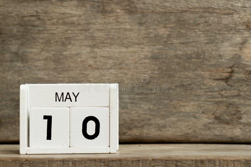 Fecha blanca 10 del calendario de bloque actual y mes mayo en el fondo de madera imagenes de archivo