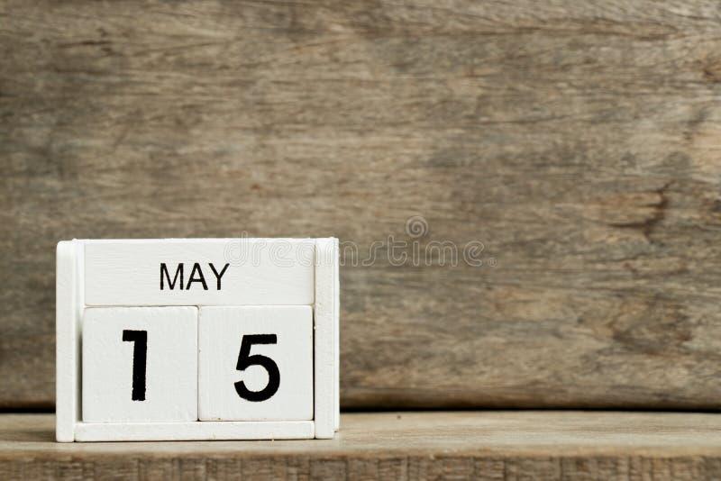 Fecha blanca 15 del calendario de bloque actual y mes mayo en el fondo de madera fotos de archivo