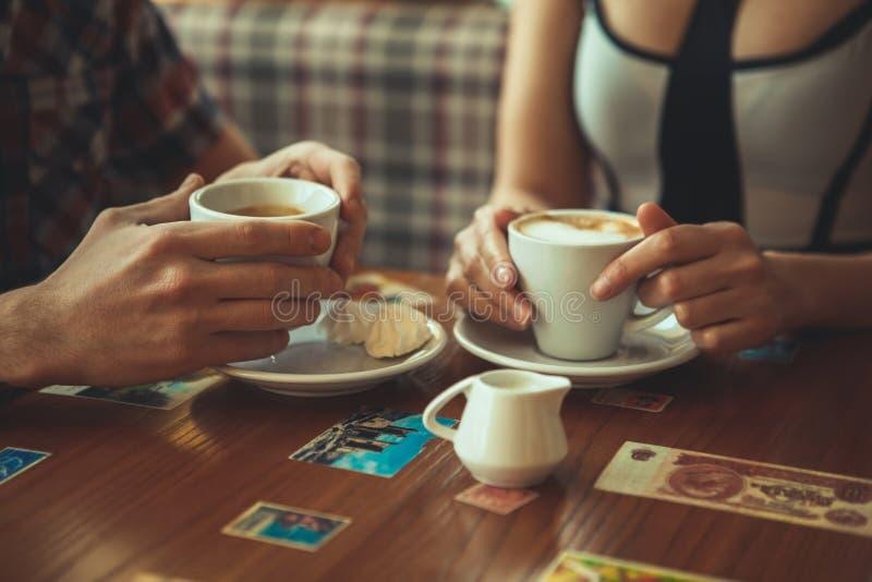 Fecha en el café fotos de archivo