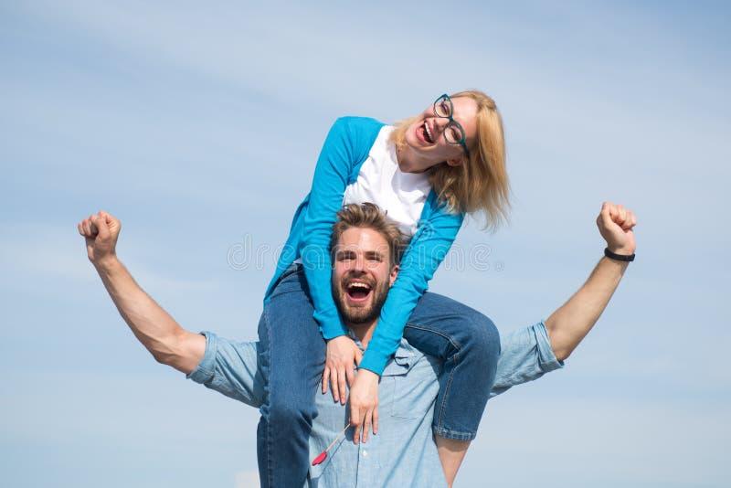 Fecha feliz de los pares que se divierte junto Los amantes gozan de la fecha y de sensación libremente Concepto de la libertad El imagen de archivo