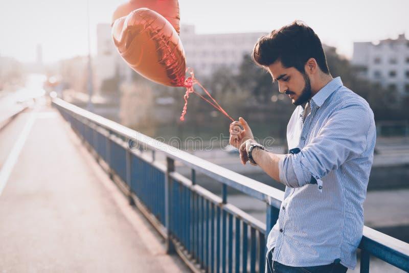 Fecha que espera del hombre triste para el fecha de la tarjeta del día de San Valentín imagen de archivo libre de regalías