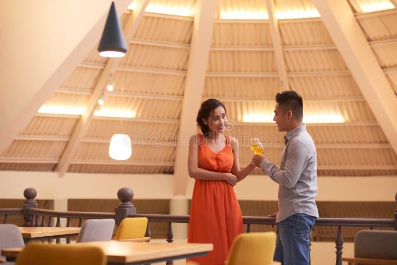 Fecha romántica en el restaurante fotos de archivo libres de regalías