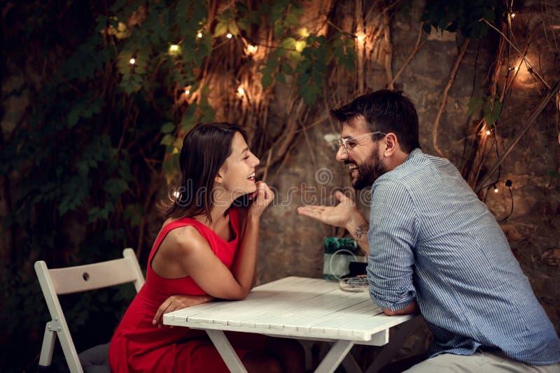 Fecha romántica Hombre y mujer pasan tiempo juntos en una cita romántica imagenes de archivo